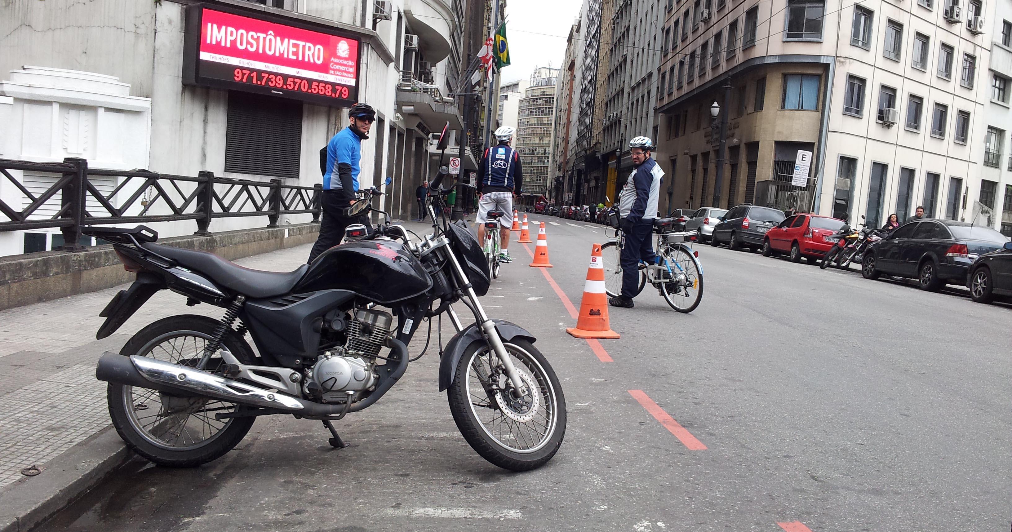 moto na ciclofaixa